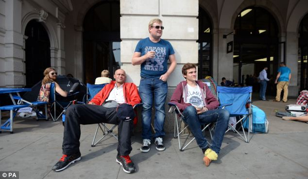 Apple fans queuing outside Apple Store at London's Covent Garden. Image credit: Daily Mail