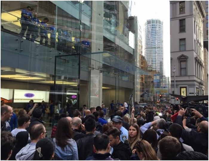 The Sydney Apple Store is on the city's busiest street, and the narrow path makes for chaotic scenes