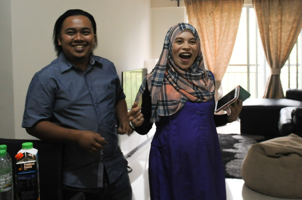 Radzi and Nuzaimah's priceless expressions after receiving their first hand delivery from Zalora. Photo: Zalora