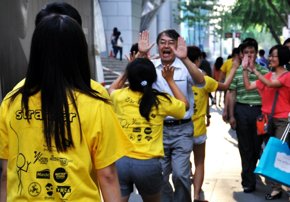 High-fiving campaign to make Singapore a happier place. (Image Credit: Hello Singapore)