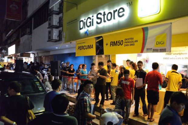 Apple is one powerful brand that can initiate the longest queues. Here people are lining up for the iPhone 5s at SS2. (Image Credit: The Star)