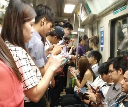 Image: http://www.pressexaminer.com/asias-obsession-with-smartphones-increases-the-risk-nomophobia/73798
