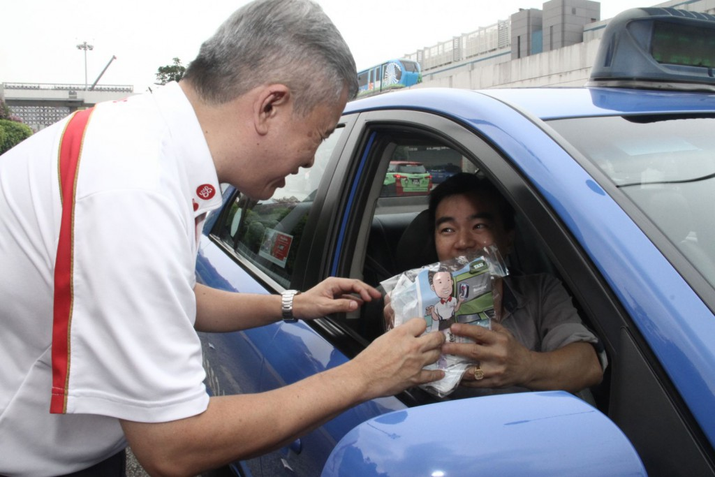 Taxi drivers at Changi Airport receives masks and wet wipes to combat the haze Mr Ang Hin Kee. Image Credit: TODAY