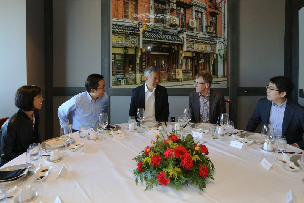 "PM Lee: ""Discussing tech trends over lunch with Todd Park (Technology Advisor to the White House), Brian Koo (Formation Group), John Doerr (Kleiner Perkins Caufield & Byers), Tim O'Reilly (O'Reilly Media) and Nicole Wong (Senior Advisor at Albright-Stonebridge Group). """