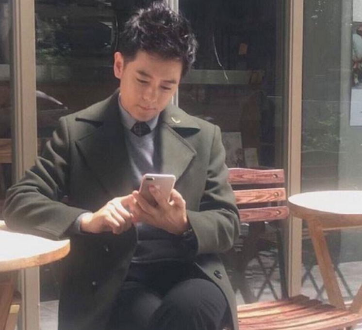 Taiwanese celebrity Jimmy Lin using the iPhone 7 plus/ image credit: phonearena.com